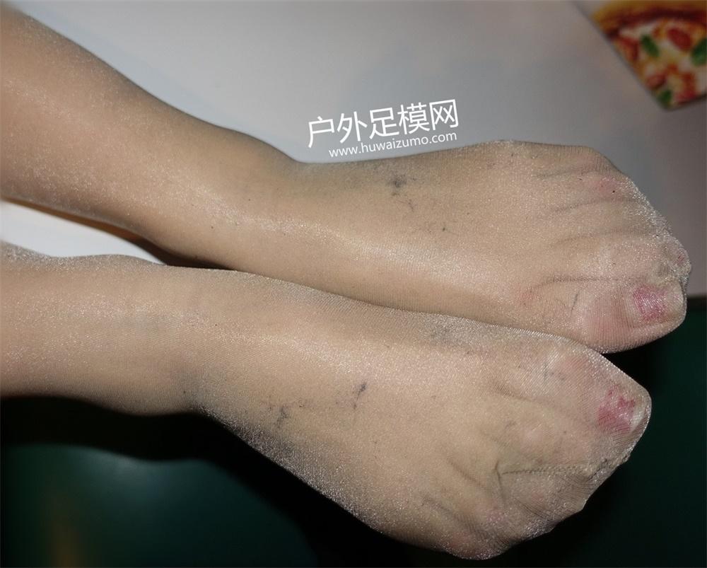 视频ktv吻丝袜_内容简介:ktv偶遇丝袜控妹妹,外面下着雨妹妹你就不能洗洗脚换双丝袜